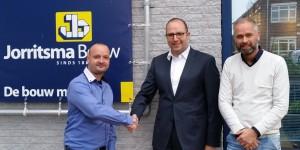Op de foto schudden Rene Leerstra en Mark Jongsma van Nieuwbouwvoordeel de hand van Hans Jorritsma en Ernst Walstra van Jorritsma Bouw. Iedereen bedankt!